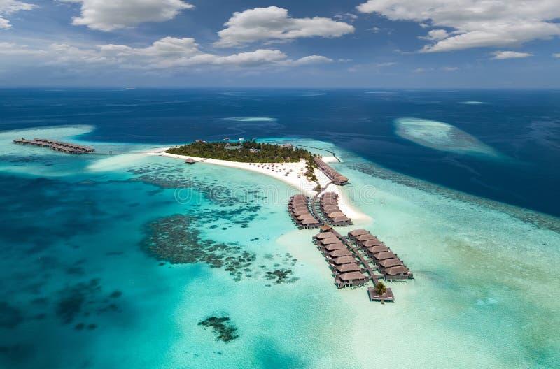 Luchtmening van een tropisch eiland in het Zuiden Ari Atoll, de Maldiven royalty-vrije stock foto