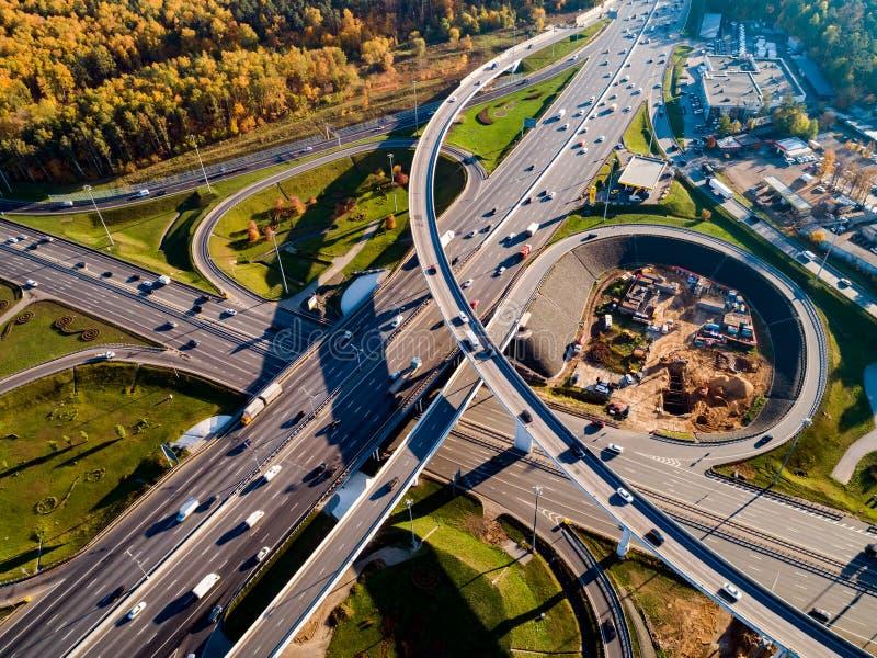 Luchtmening van een verkeersslepen van de snelwegkruising in Moskou stock foto's