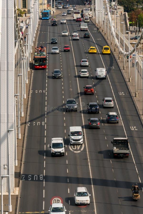 Luchtmening van Elisabeth-brug in Boedapest Hongarije met bezig die verkeer hierboven wordt gezien van royalty-vrije stock afbeeldingen