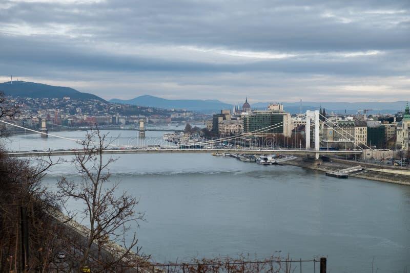 Luchtmening van Elizabeth Bridge op de rivier van Donau Boedapest stock afbeeldingen
