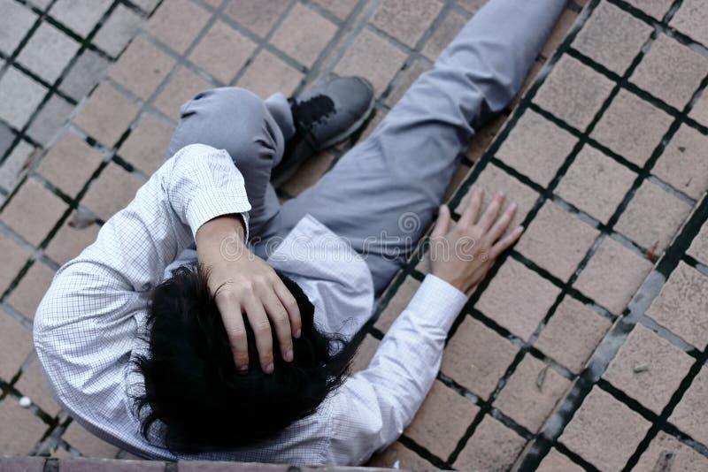 Luchtmening van gefrustreerd beklemtoond jong Aziatisch bedrijfsdiemensengevoel met baan wordt teleurgesteld Werkloos zakenmancon royalty-vrije stock afbeeldingen