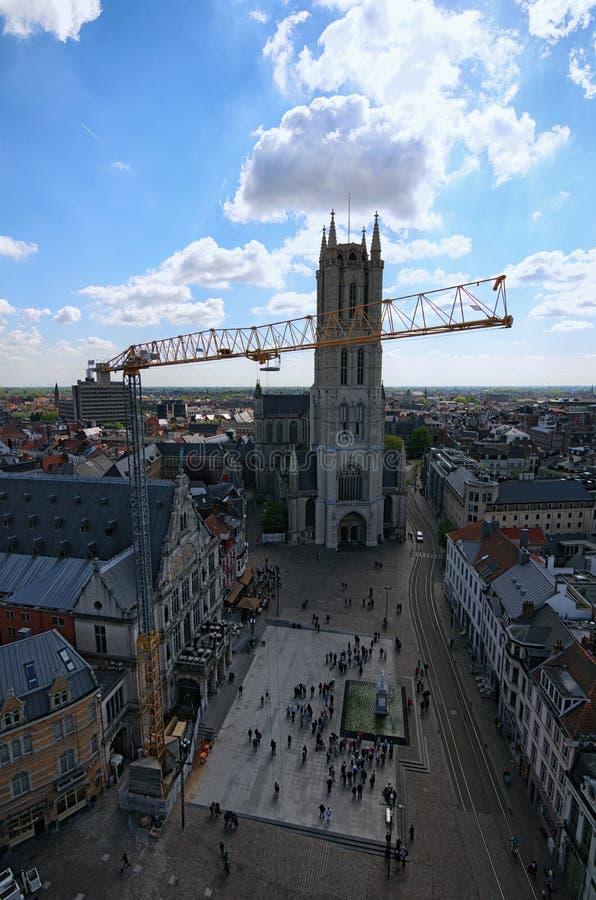 Luchtmening van Gent van Klokketoren Herstellend het werk met het gebruiken van gele kraan voor het opheffen van ladingen royalty-vrije stock foto's