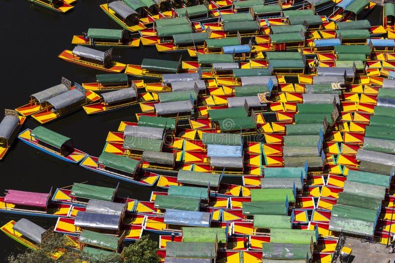 Luchtmening van geparkeerde Mexicaanse boten in xochimilco royalty-vrije stock fotografie