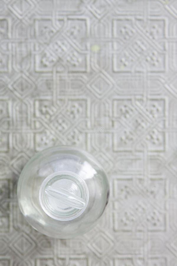 Luchtmening van glasflesje op gedrukt tin stock fotografie