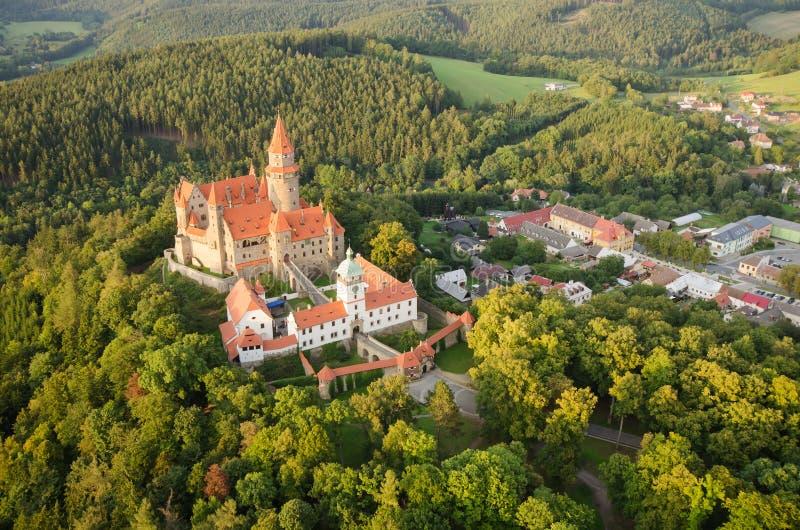 Luchtmening van goed bewaard gotisch kasteel Bouzov stock afbeeldingen