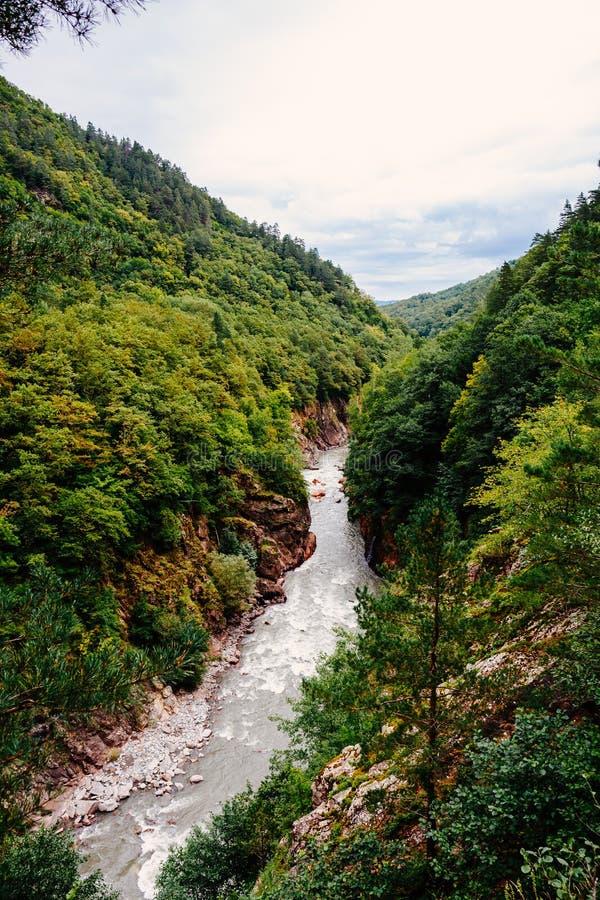 Luchtmening van granietcanion van de Belaya-Rivier in Krasnodar-Gebied, Rusland Kloof met een berg rive royalty-vrije stock afbeelding
