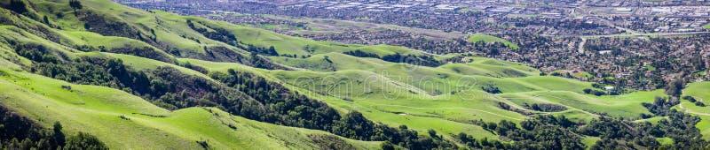 Luchtmening van groene heuvels bij de basis van Opdrachtpiek op baaigebied de Zuid- van San Francisco royalty-vrije stock fotografie
