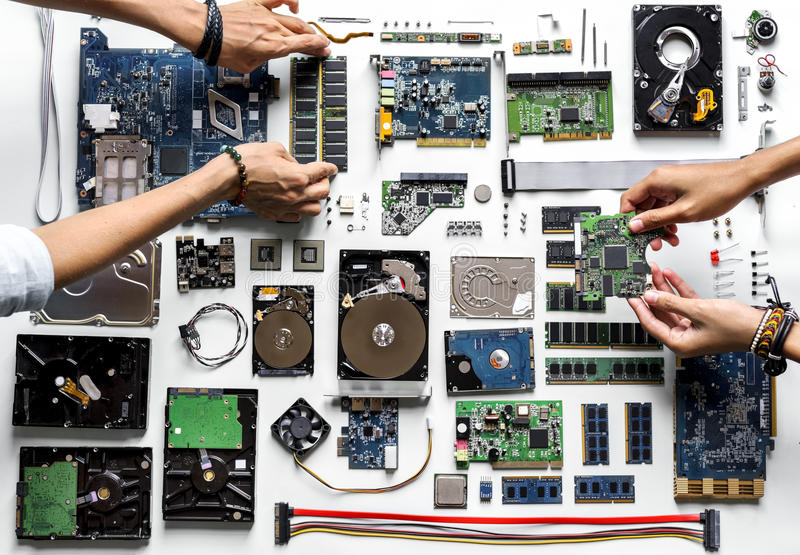Luchtmening van handen met de delen van de computerelektronika op witte achtergrond