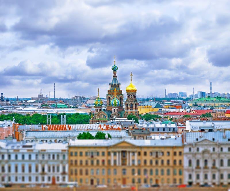 Luchtmening van Heilige Petersburg met Onze Verlosser op Gemorste Blodd-kathedraal in het centrum stock foto