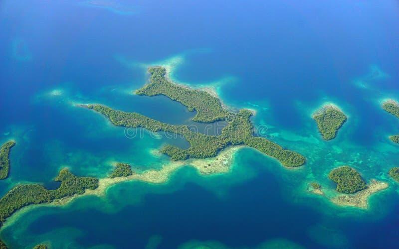 Luchtmening van het Caraïbische overzees van mangroveeilanden royalty-vrije stock fotografie