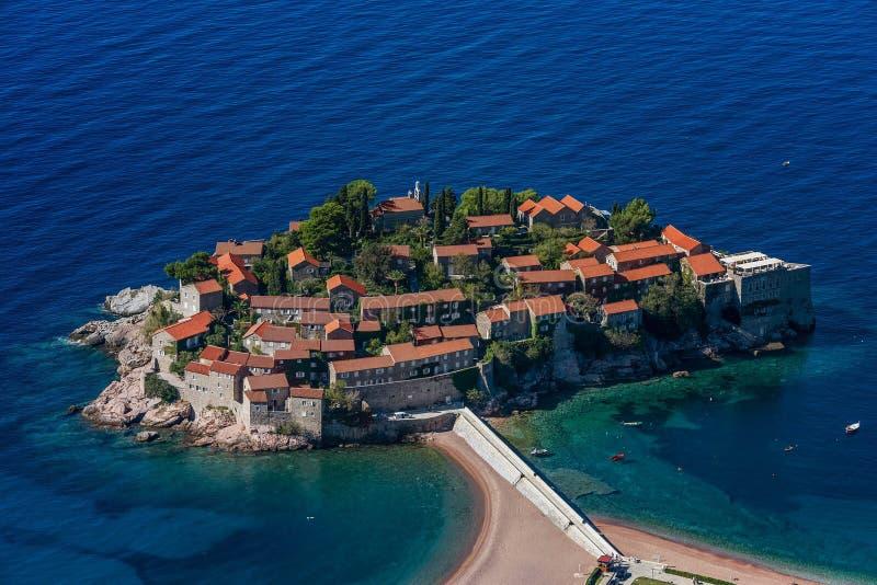 Luchtmening van het Eiland Sveti Stefan, Montenegro stock fotografie