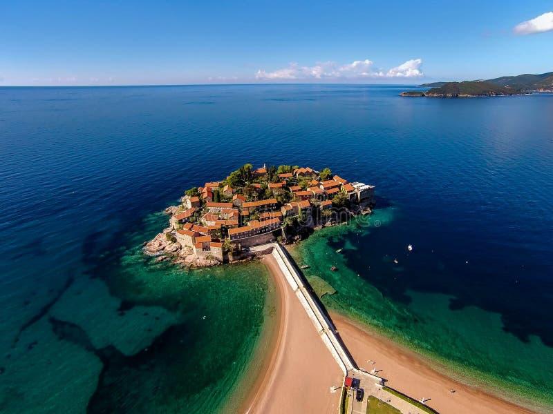 Luchtmening van het Eiland Sveti Stefan, Montenegro royalty-vrije stock foto
