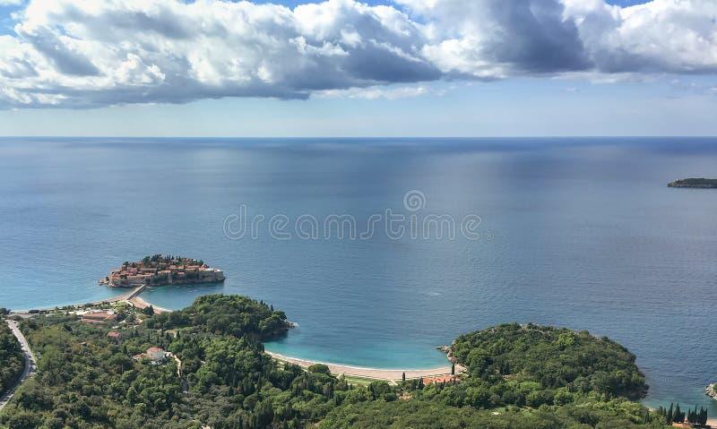 Luchtmening van het Eiland Sveti Stefan, Montenegro stock afbeelding