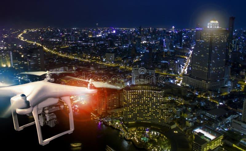 Luchtmening van het gebruiken van hommel om een fotografie van wolkenkrabber a te nemen stock foto's