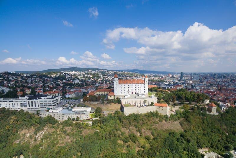 Luchtmening van het kasteel van Bratislava en de rivier van Donau royalty-vrije stock fotografie