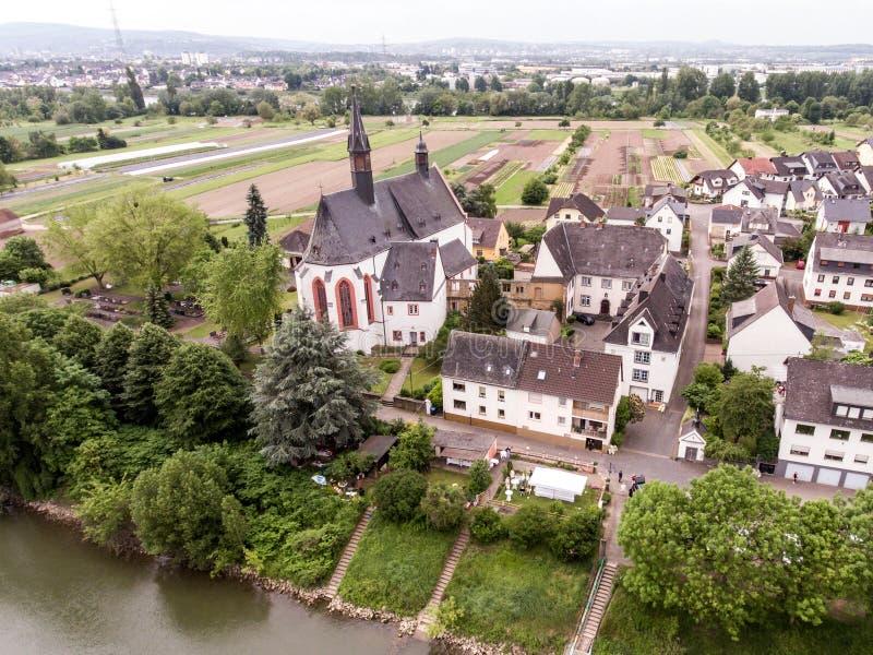 Luchtmening van het kleine Oriëntatiepunt van de dorpskerk in vallendar niederwerth dichtbij Koblenz Andernach Duitsland stock afbeeldingen