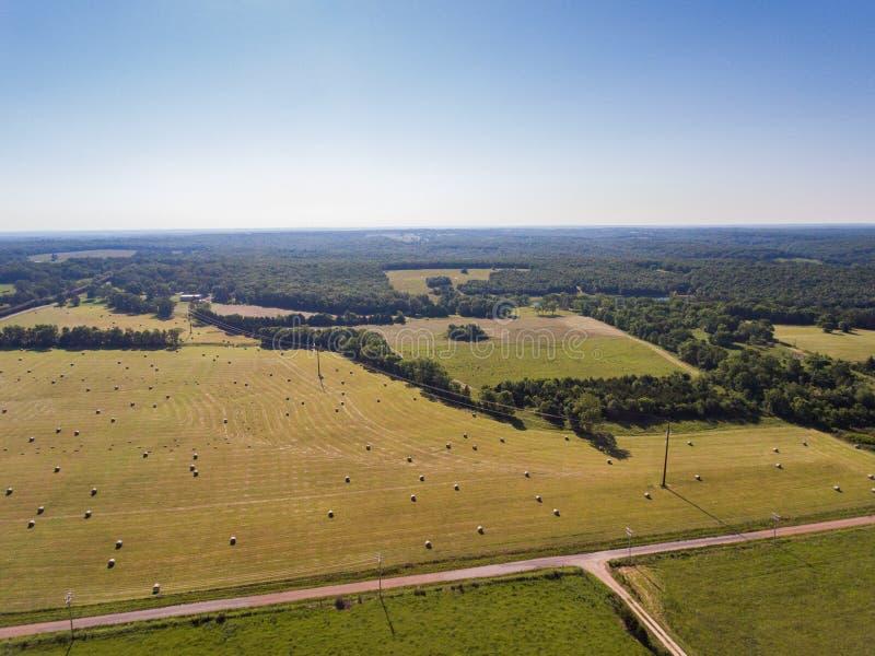 Luchtmening van het land van midwesten met hooibalen stock afbeeldingen