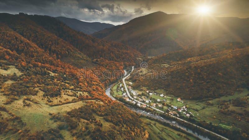 Luchtmening van het mooie landschap van de de herfstberg royalty-vrije stock afbeelding