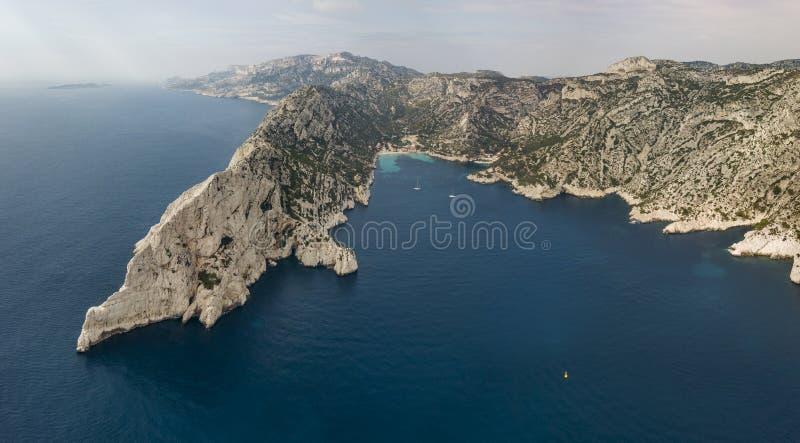 Luchtmening van het Nationale Park van Calanques op de zuidelijke kust van Frankrijk stock foto