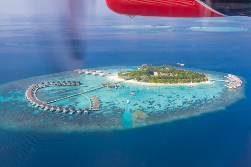 Luchtmening van het strandlandschap van de Maldiven stock foto's
