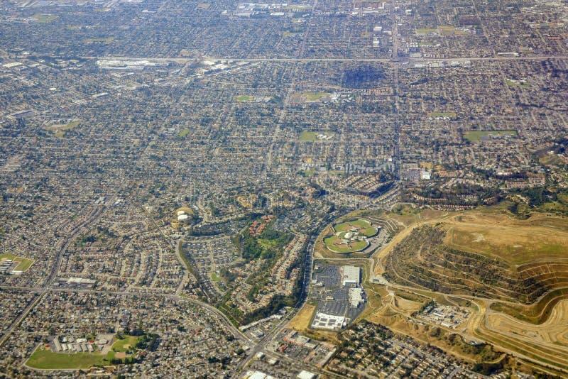 Luchtmening van het Westen Covina, mening van vensterzetel in een vliegtuig stock foto's