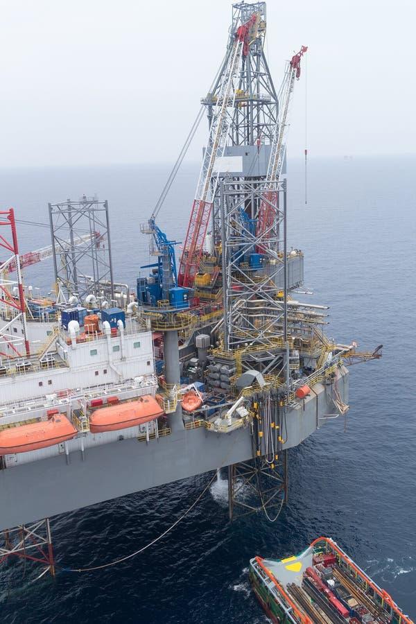 Luchtmening van het Zeeschip van Jack Up Drilling Rig en van de Levering stock foto's