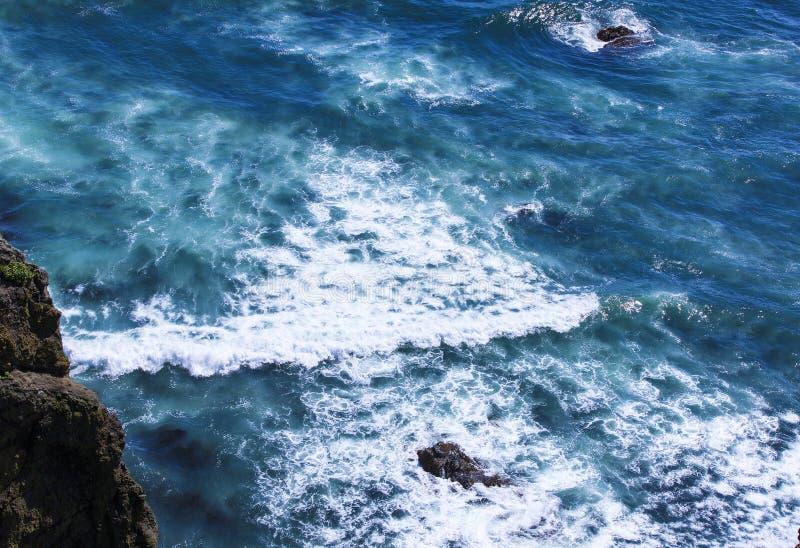 Luchtmening van hierboven van oceaan, rotsen en watergolven in Vreedzame oceaan stock foto's