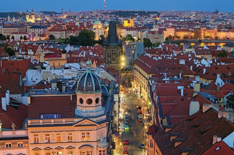 Luchtmening van historisch deel van Praag Mooie oude rode tegeldaken en Mala Strana Bridge Tower tijdens zonsondergang stock foto