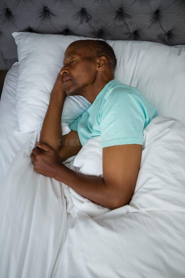Luchtmening van hogere mensenslaap op bed royalty-vrije stock foto's