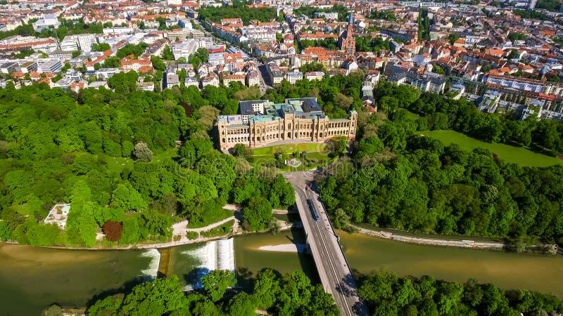 Luchtmening van Iconisch Oriëntatiepunt Maximilianeum in München Duitsland royalty-vrije stock foto's