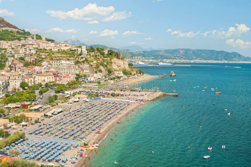 Luchtmening van Italiaanse strand en stad stock foto