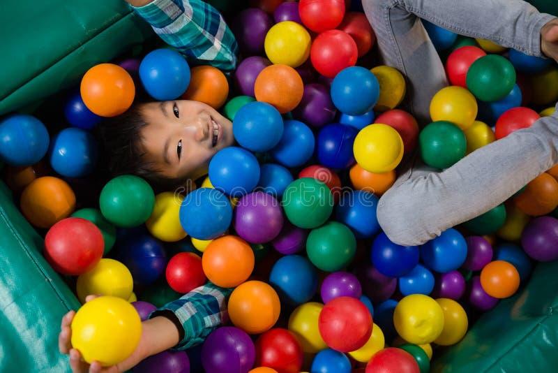Luchtmening van jongen in balpool stock afbeeldingen
