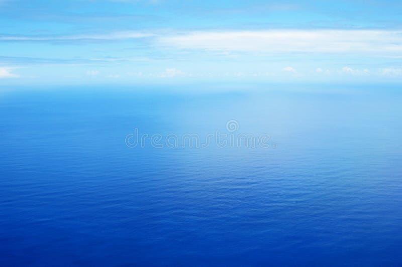 Luchtmening van kalme blauwe overzees royalty-vrije stock afbeelding