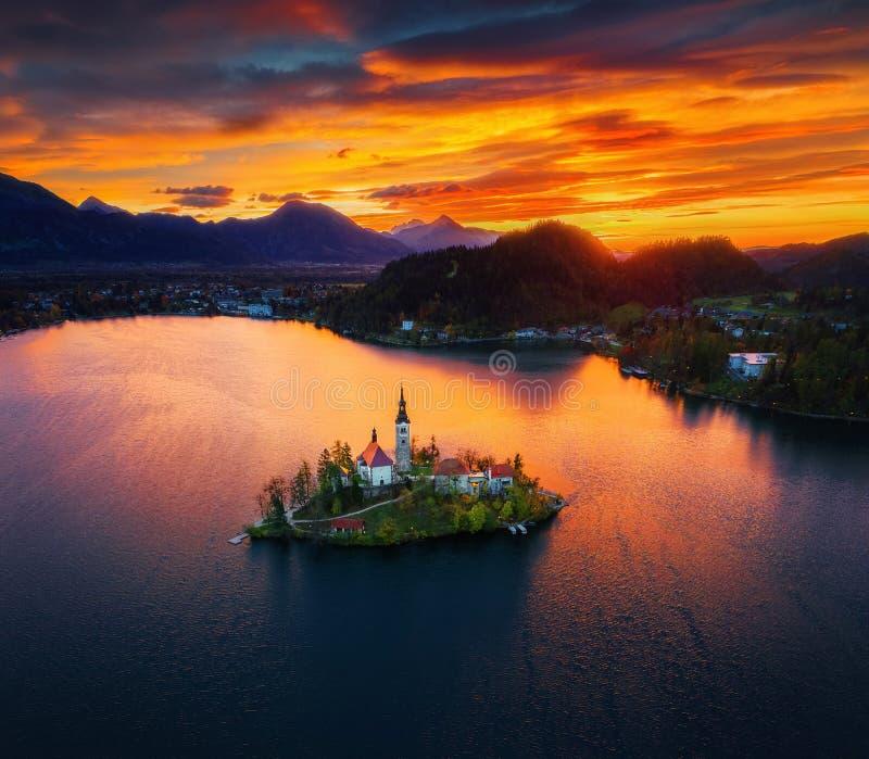 Luchtmening van kerk van Veronderstelling in Afgetapt Meer, Slovenië royalty-vrije stock foto