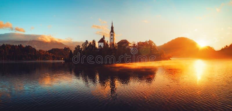 Luchtmening van kerk van Veronderstelling in Afgetapt Meer, Slovenië stock afbeelding