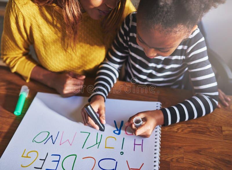 Luchtmening van kind het leren alfabet stock foto's
