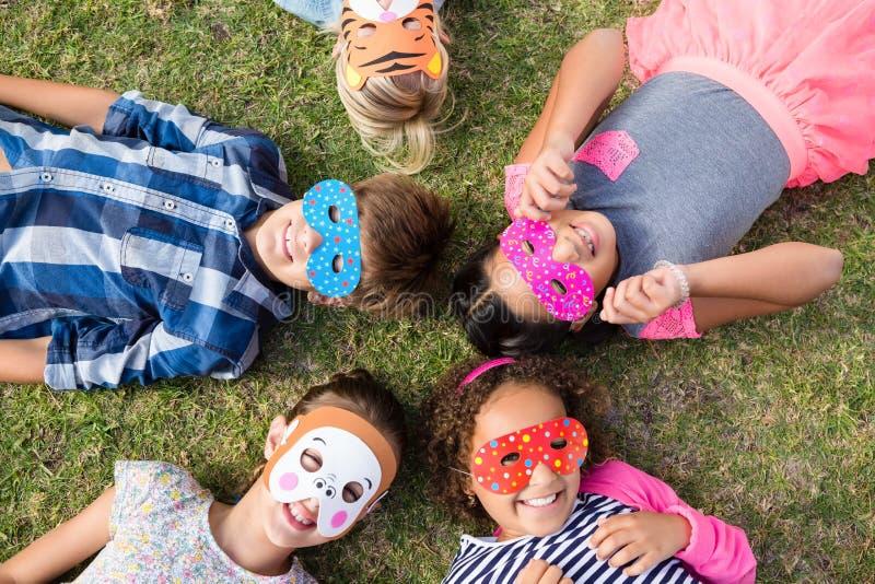 Luchtmening van kinderen die masker dragen royalty-vrije stock afbeelding