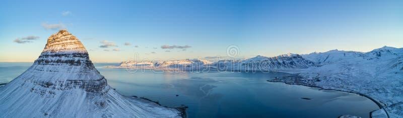 Luchtmening van Kirkjufell-berg in de winter, IJsland stock foto's