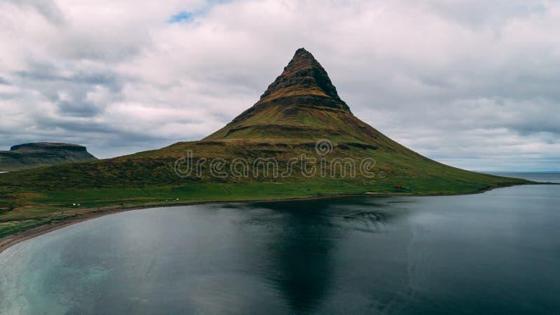 Luchtmening van kirkjufell in de berg van IJsland royalty-vrije stock afbeelding