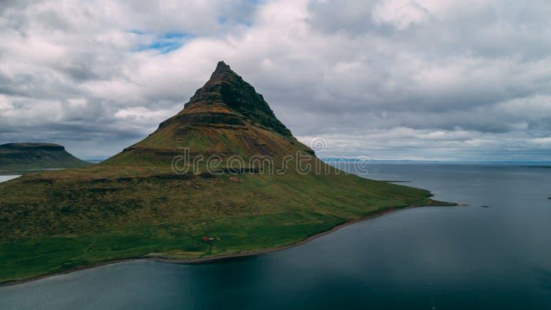 Luchtmening van kirkjufell in de berg van IJsland stock foto's