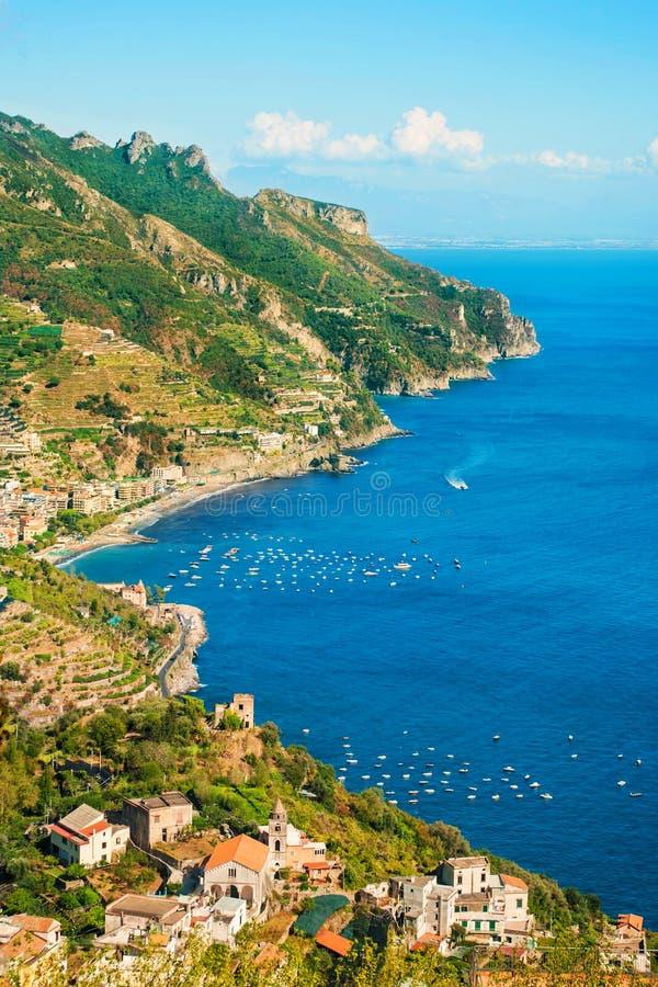 Luchtmening van kleine kuststad met bergen stock afbeeldingen