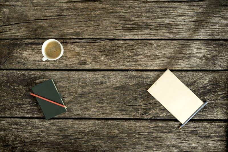 Luchtmening van koffie, notitieboekje en leeg stuk van document royalty-vrije stock foto's