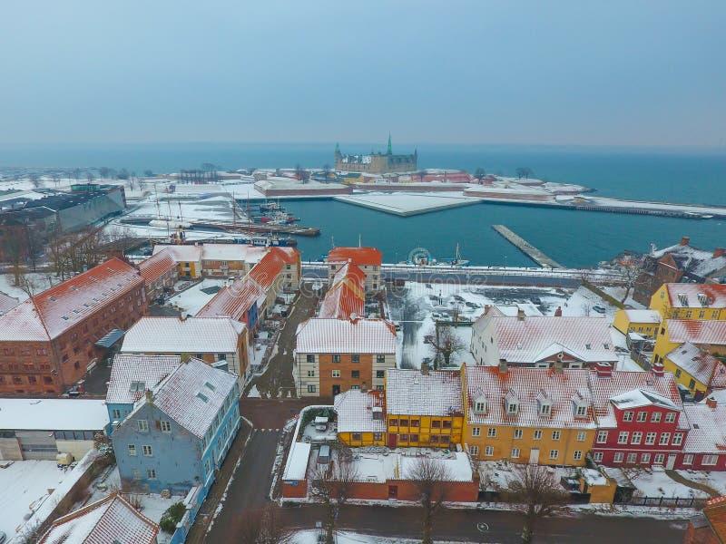 Luchtmening van Kronborg-Kasteel en de stad van Helsingor, Denemarken royalty-vrije stock fotografie