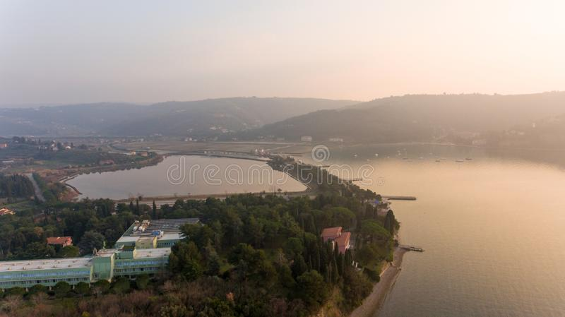 Luchtmening van kustmoerasland stock foto