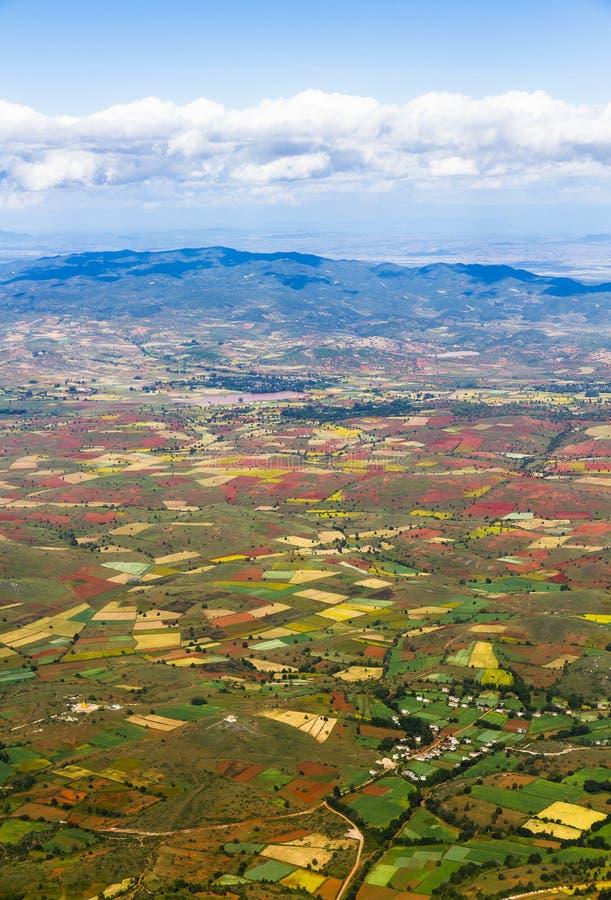 Luchtmening van landbouwgronden onder blauwe hemel stock afbeeldingen