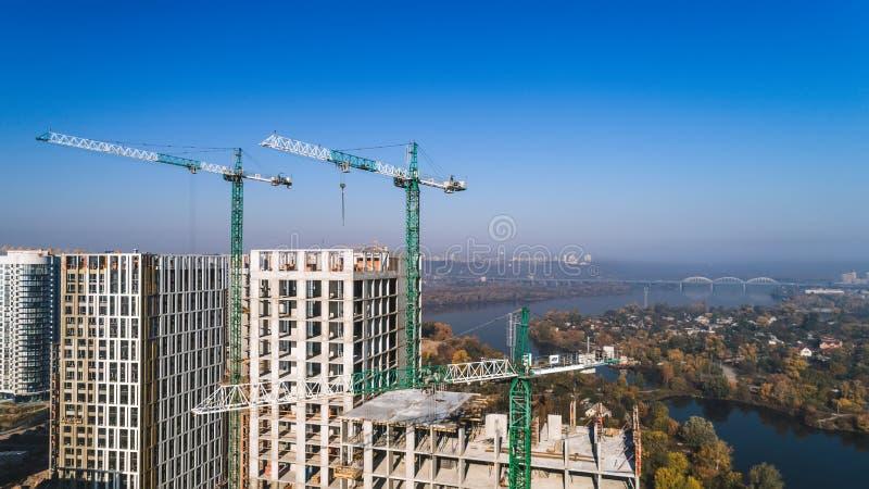 Luchtmening van landschap in de stad met in aanbouw gebouwen en industriële kranen Bakstenen die in openlucht leggen stock afbeeldingen