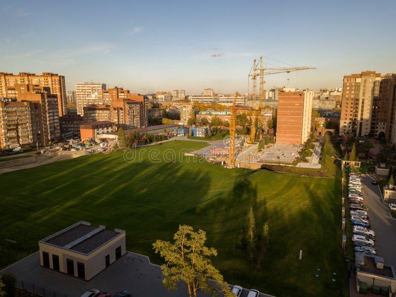 Luchtmening van landschap met een elitegebouw in het centrum van stock fotografie