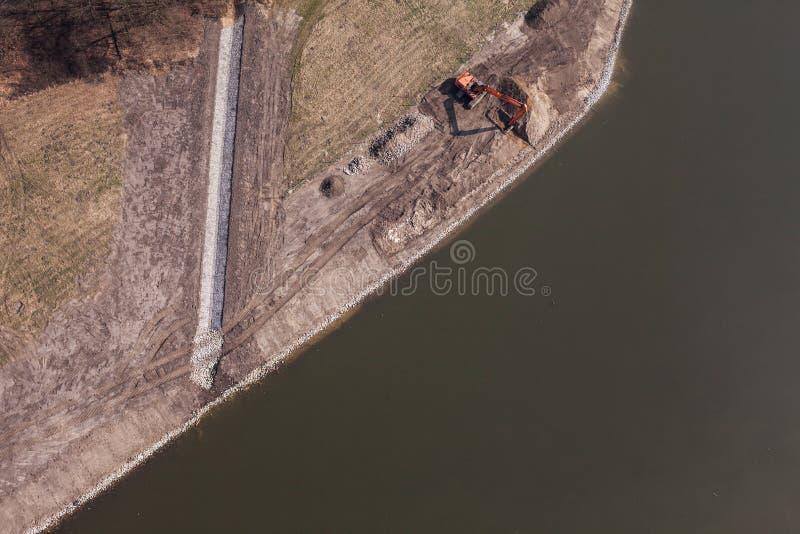 Luchtmening van lang wapengraafwerktuig die aan rivierbank werken royalty-vrije stock fotografie