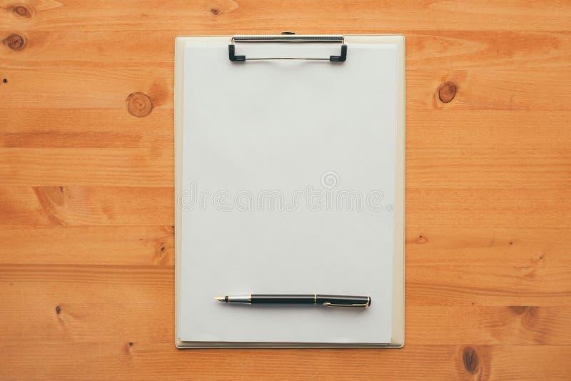 Luchtmening van leeg het stootkussendocument van de klembordnota met pen royalty-vrije stock afbeeldingen