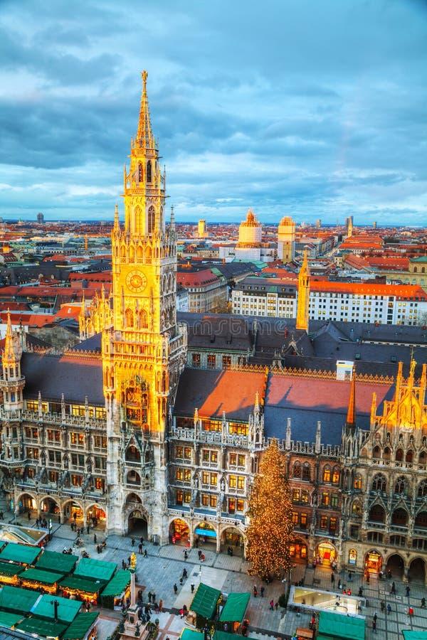 Luchtmening van Marienplatz in München stock foto's